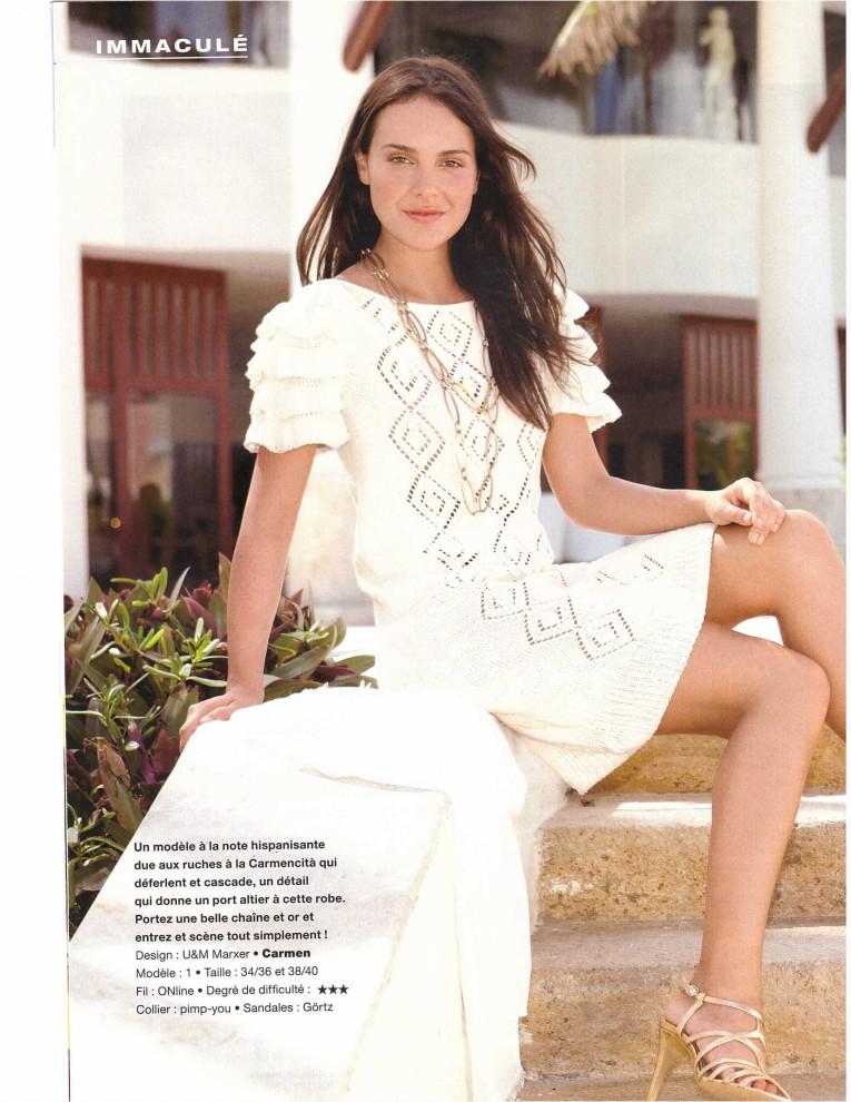 Красивое белое платье выполнено спицами для лета. . Оригинальный каскад рюшей элегантно подчеркивает прекрасные